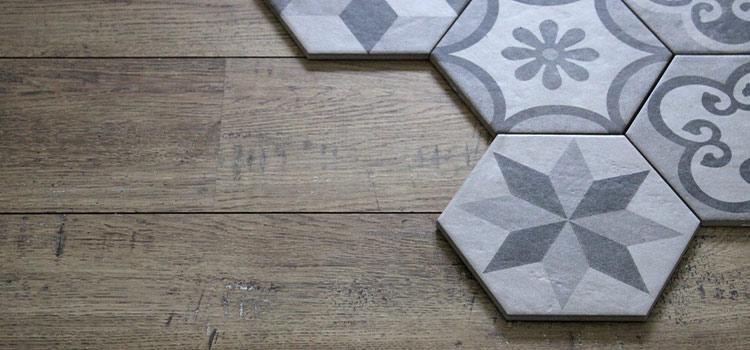 Carrelage de forme hexagonale posé par dessus un sol en bois
