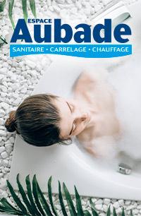 Jeune femme se prélassant dans un bain moussant