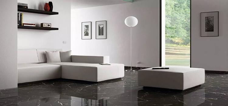 carrelage effet marbre noir installé dans le salon