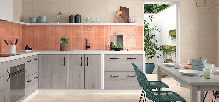 carrelage de couleur orange dans la cuisine