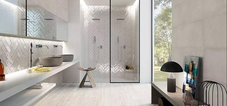 salle de bains zen de couleur blanche avec douche italienne
