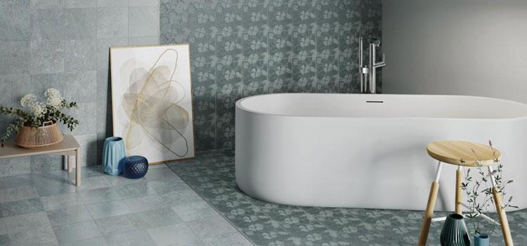 salle de bains avec 2 styles de carrelages