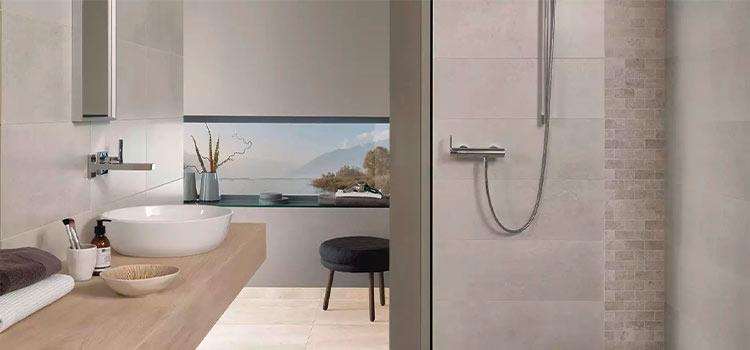 carrelage mosaïque installé dans la salle de bains
