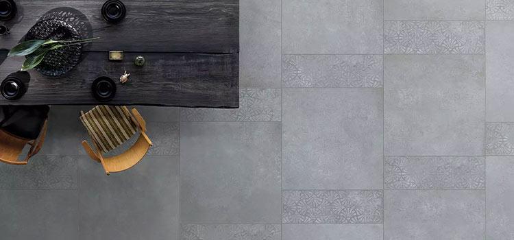Carrelage gris installé dans un salon