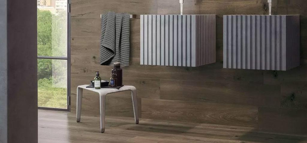 salle de bains avec carrelage imitation bois brun