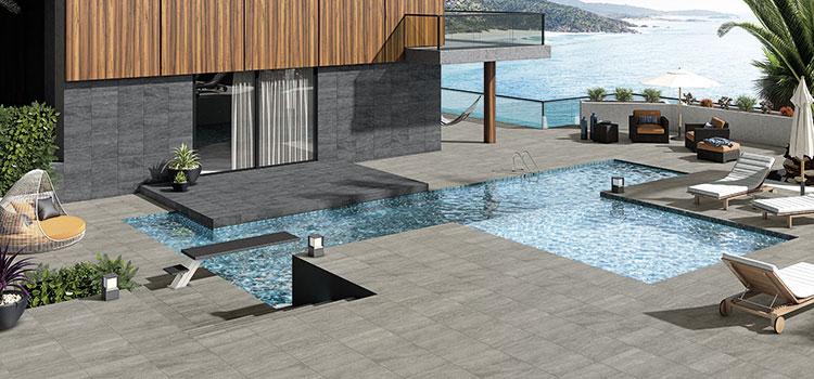 espace extérieur d'une villa avec une grande piscine