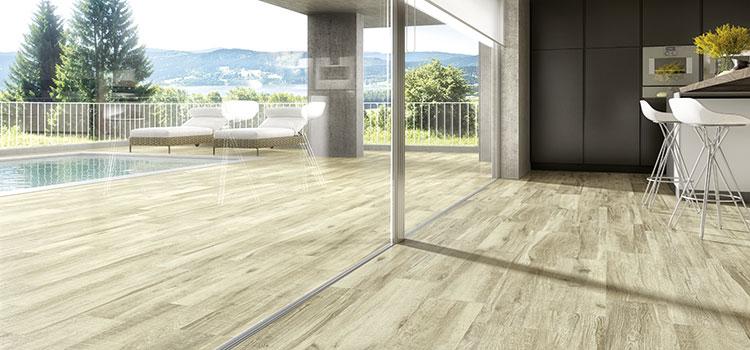 vue sur un carrelage imitation bois entre intérieur et extérieur d'une maison