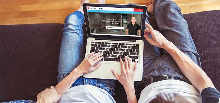 jeune couple utilisant l'annuaire en ligne Guide Artisan