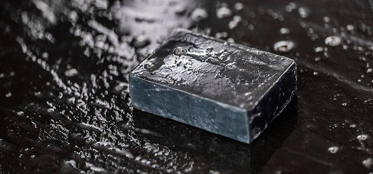 savon sur du carrelage noir
